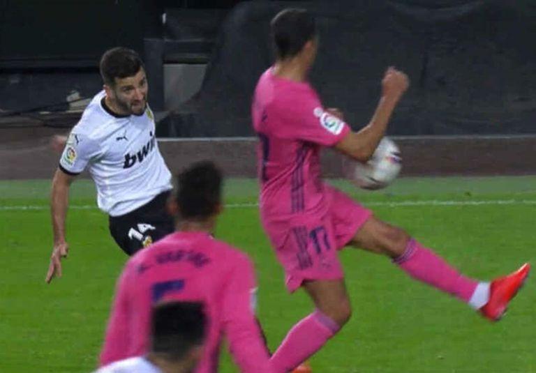 A Gayà center hits Lucas Vázquez's elbow at Mestalla last November in a league match.