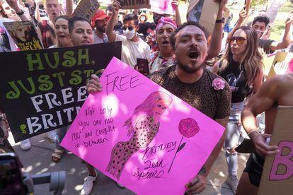 Activistas del movimiento Free Britney, afuera de los tribunales de Los Ángeles.