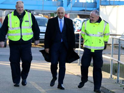 El ministro de Interior de Reino Unido, Sajid Javid, visita la Patrulla de Fronteras de Dover este miércoles.