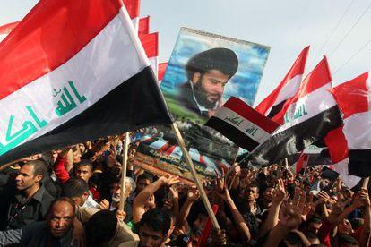 Seguidores del clérigo chií Muqtada al Sadr se manifiestan en Kut (sur de Bagdad) con motivo del décimo aniversario de la guerra.