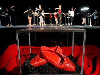 Una urna con unas zapatillas rojas durante el casting de 'Las zapatillas rojas' en un teatro de Madrid en 2011.