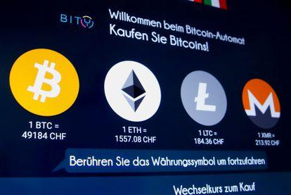 Principales monedas electrónicas en un cajero de criptomonedas en Zúrich (Suiza), en marzo.