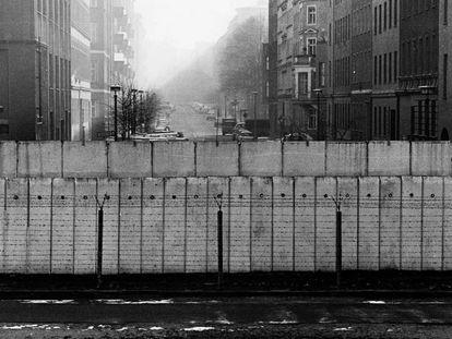 Vista desde el lado occidental del muro, con la alambrada, a finales de noviembre de 1989.