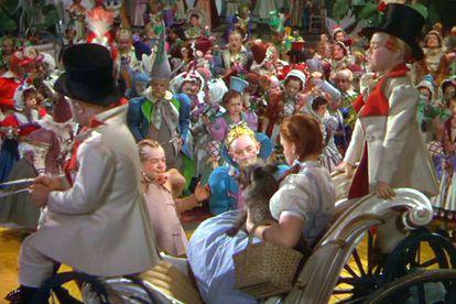 Fotograma de 'El mago de Oz', en una escena en la que Dorothy llega a Munchkin.