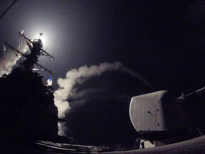 Lanzamiento de un misil Tomahawk contra siria desde el destructor USS Porter.