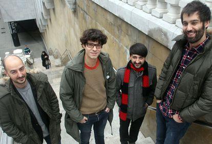 Los miembros del grupo We Are Standart en Bilbao antes de la entrevista.