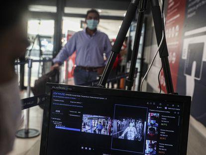 Un pasajero es captado por una cámara térmica en el Aeropuerto Internacional Arturo Merino Benítez en Santiago, Chile, el lunes 20 de abril.