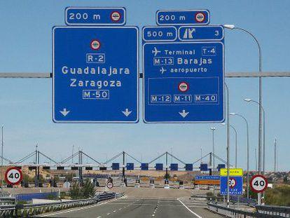 Entrada al peaje de la autopista de pago R-2, en Madrid.