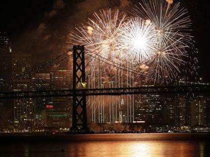 Fuegos artificiales en la bahía de San Francisco para celebrar el Año Nuevo.