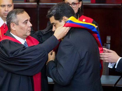 El presidente del Supremo de Venezuela impone a Maduro una banda con los colores de la bandera del país suramericano, este jueves durante su toma de posesión.