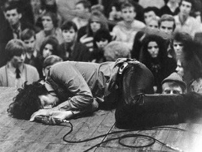 Jim Morrison, tumbado en el escenario en un concierto de The Doors, en Alemania en 1968.
