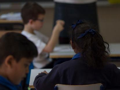 Fotografía de archivo de una clase de primaria.