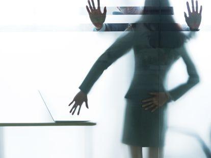 Recreación de una situación de acoso en una oficina.