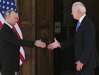 Vladimir Putin y Joe Biden se saludan antes de la reunión celebrada en Ginebra, este miércoles.