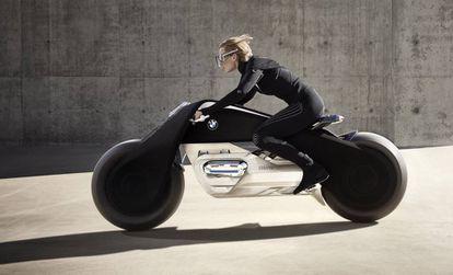 Vision Next 100, de BMW, emparejada con un traje inteligente y con un sistema de autobalanceo. Con ellos, la marca confía en que no hará falta llevar casco.