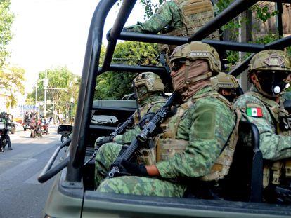 Militares, junto al departamento donde hallaron más de 60 kilos de cocaína en Ciudad de México.