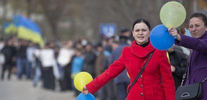 Un grupo de mujeres tártaras protesta contra la separación de Crimea, este viernes en Simferópol.