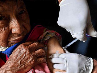 Una mujer recibe una dosis de la vacuna contra la covid-19 en Colombia, el mes pasado.