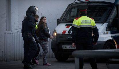 Los agentes de llevan a una detenida.