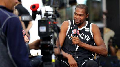 Kevin Durant, con la televisión de la NBA.
