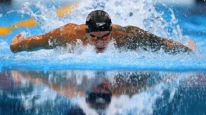 El nadador estadounidense Caeleb Dressel, en la prueba de 100 metros mariposa masculina del Centro Acuático de Tokio.