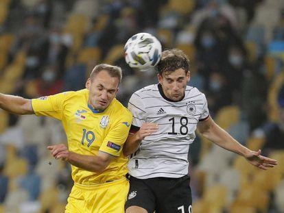 Goretzka (derecha) puga este sábado por el balón con Makarenko.