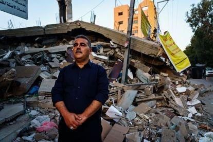 El librero y editor Samir Mansur, ante los restos de su librería, destruida por un bombardeo israelí, en mayo en Gaza.