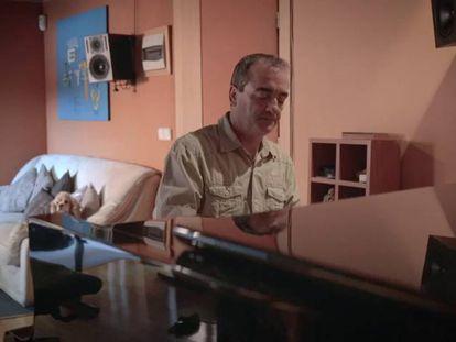 Víctor Reyes interpreta el tema de 'El infiltrado' para EL PAÍS.