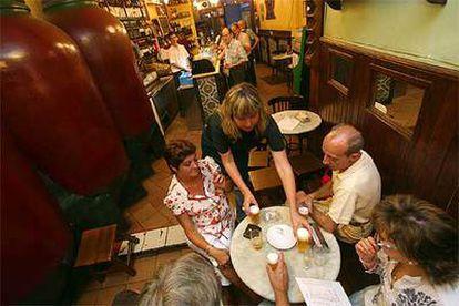 En la taberna madrileña Almacén de Vinos, las mesas comparten el espacio con grandes tinajas.
