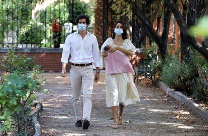 Fernando Fitz-James Stuart y Sofía Palazuelo presentan a su hija Rosario en el hospital madrileño Virgen del Rosario.