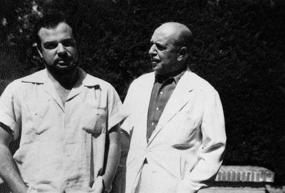 Jaime Gil de Biedma con su padre, Luis Gil de Biedma, en la Nava (Segovia), en 1956, incluida en el libro 'Diarios.1956-1985'.