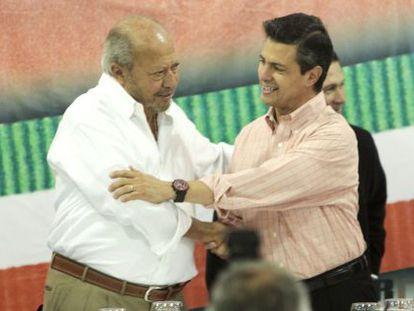 Romero Deschamps y el expresidente Enrique Peña Nieto, en 2012.