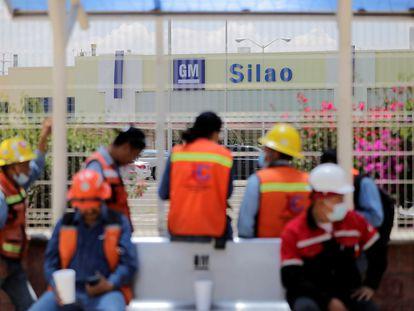 Trabajadores afuera de la planta de General Motors durante votación del contrato colectivo.