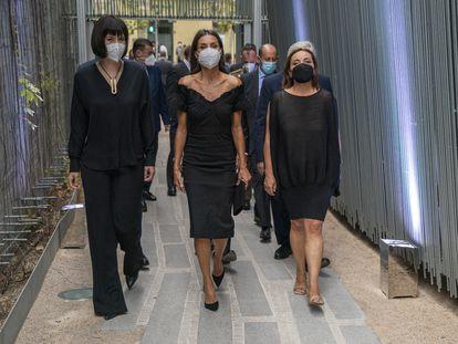 La reina Letizia (centro), acompañada por la ministra de Ciencia y Tecnología, Diana Morant (izquierda); y la directora de EL PAÍS, Pepa Bueno.