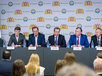 Presentación del Torneo de Candidatos. Aleseyenko (uno de los participantes, primero por la izquierda), Dvorkóvich (presidente de la FIDE, tercero) y Kárpov (excampeón del mundo, penúltimo) junto a autoridades de Yekaterimburgo.