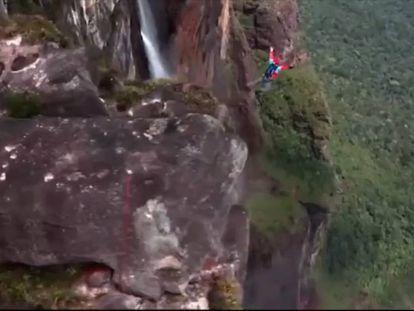 Las imágenes tomadas por la cámara del casco del saltador y por un dron.
