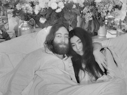 """John Lennon y Yoko Ono, durante su """"encamada por la paz"""" en el hotel Queen Elizabeth, de Montreal, en junio de 1969."""