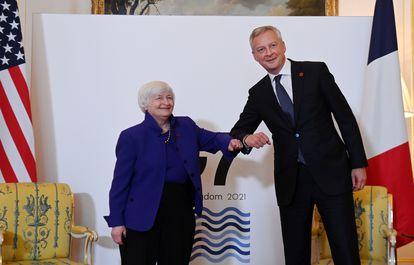 La secretaria del Tesoro de EE UU, Janet Yellen, y el ministro de Economía, Bruno La Maire, se saludan en la cumbre del G-7.