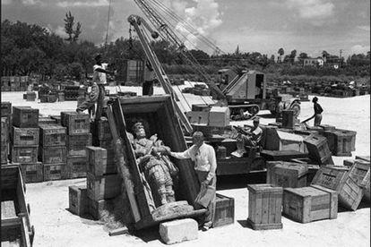 Montaje en agosto de 1952 del monasterio de Sacramenia, comprado por Hearts, en Miami. La estatua es de Alfonso VII de León.