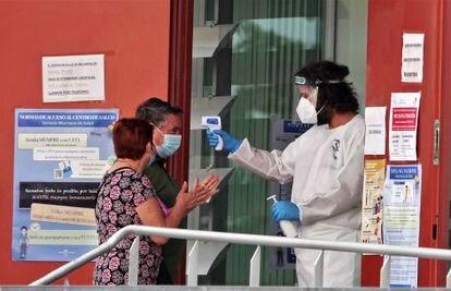 Una sanitario toma la temperatura a un vecino de Totana.