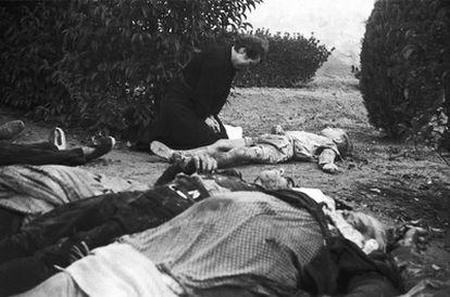 Una mujer llora ante el cadáver de un niño junto a una hilera de cuerpos tras el bombardeo de Lleida el 2 de noviembre de 1937. Entre los edificios derruidos por la aviación franquista había una escuela. Murieron 50 niños.