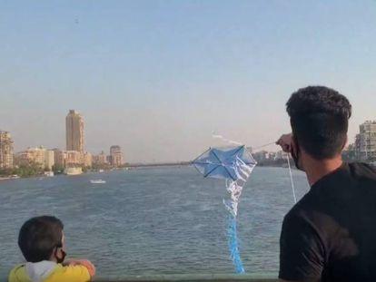 Un hombre vuela una cometa en Egipto.