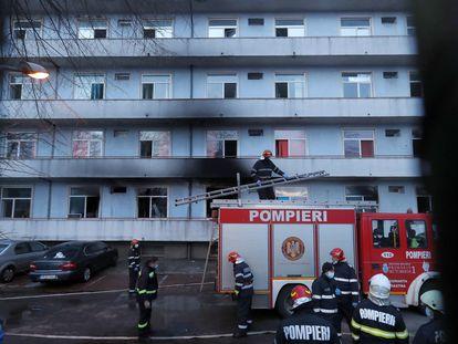 Bomberos frente al pabellón de los pacientes de covid incendiado en el hospital Matei Bals, en Bucarest, este viernes.