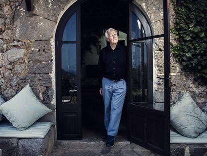 El escritor John Le Carré, en un hotel en Deia, Mallorca.