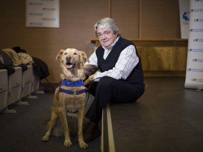 El paciente Eugenio Sánchez con uno de los perros de terapia.