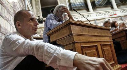 El ministro griego de Finanzas, Yanis Varoufakis, escucha la intervención del primer ministro en el Parlamento.