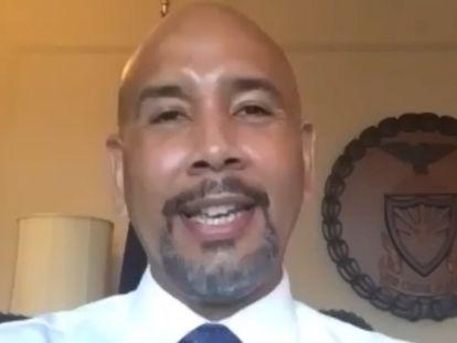 El alcalde de El Bronx, Rubén Díaz, en su despacho respondiendo a la entrevista de EFE.