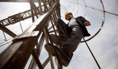 Un trabajador desciende por una escalera de la estación de energía de Kabul, Afganistán.