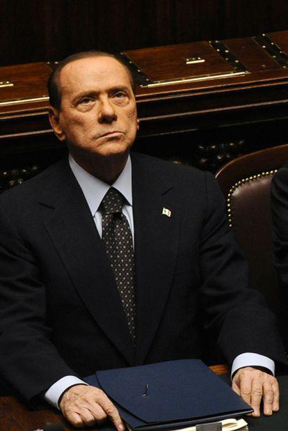 Berlusconi observa el hemiciclo antes de la votación de ayer en Roma.