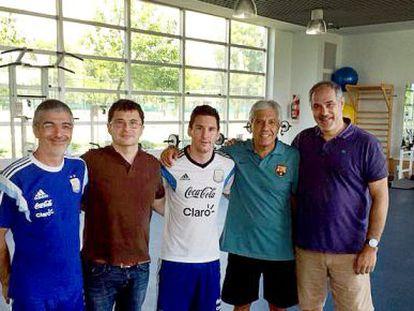 Luis García (kinesiólogo de Argentina), Pruna (doctor del Barça), Messi, Paolorosso (asistente del Tata) y Zubi, ayer en Buenos Aires.